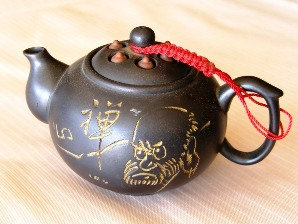 Ton-Teekanne im chinesischen Yixing-Design mit eingearbeitetem Motiv
