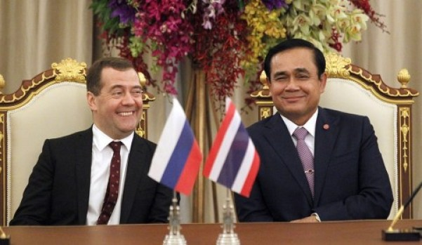 Russian Prime Minister Dmitry Medvedev (left) with Thai Prime Minister and military leader Gen. Prayuth Chan-ocha during a state visit in Bangkok on April 8, 2015. (Pic: AP)
