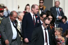 Britain's Prince William (C) and New Zealand Prime Minister Jacinda Ardern (R) arrive to attend the Anzac Day service at Auckland War Memorial Museum on April 25, 2019. - Dawn services were held across the two countries on the anniversary of the ill-fated 1915 campaign of the Australian and New Zealand Army Corps that left 11,500 of them dead in what is now Turkey during World War I. (Photo by Fiona Goodall / AFP)