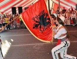 Cfare thone te huajt per popullin shqiptare. A kane te drejte?