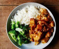 Pule me arome portokalli, oriz, brokoli. Recete gatimi Kineze.