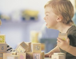 Cfare e ben nje femije te sillet ne menyre agresive? Si ti menaxhojme keto situata. agresiviteti femije agresiv