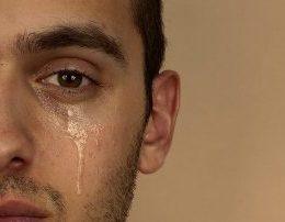 Cfare e ben nje mashkull te qaje. Kur ata nuk i mbajne lotet. kane ndjenja
