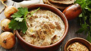 Mish qengji i pjekur me kos veze, dreke e shijshme dhe e shendetshme