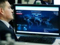 A Department of Homeland Security worker listens to U.S. President Barack Obama talk at the National Cybersecurity and Communications Integration Center in Arlington, Virginia, January 13, 2015.     REUTERS/Larry Downing   (UNITED STATES - Tags: POLITICS SCIENCE TECHNOLOGY CRIME LAW MILITARY) - RTR4LBMO
