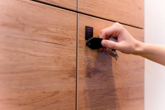 Neben den Türen können zusätzlich auch Wertfächer, Medikamentenschränke und Fahrstühle mit einem einzigen System kontrolliert werden.