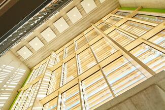 Eine großzügige Dimensionierung tragender Elemente ist ein wichtiges Merkmal im Holzbau.
