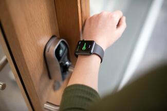 Das neue System Paxton10 ermöglicht es Nutzern unter anderem die Zutrittsberechtig über eine Smartwatch zu erhalten.