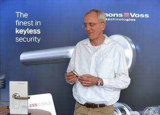 Ludger Voss, Firmengründer der Simons Voss Technologies GmbH hält rückblickend die Entwicklung eines Gesamtsystems für den Erfolg seines Unternehmens als entscheidend.