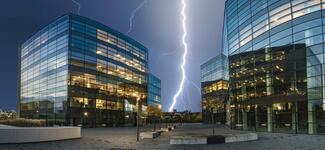 Intelligente, vernetzte Gebäude bieten Blitzen immer mehr Angriffsfläche. Vorbeugender Brandschutz ist daher nötiger denn je.