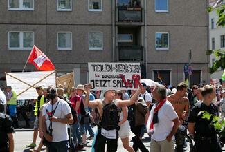 Die Coronakrise im Spiegel der Risikoforschung: Antifaschistische Demonstration in Berlin (l.), Demonstration von Verschwörungsgläubigen und Rechtsextremen in Berlin (r.).