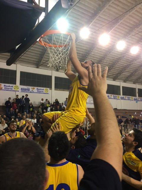 Gianfranco Ciaurella, capitano del Basket Giarre, taglia la retina