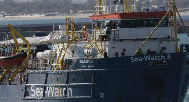 Migranti, Sea Watch lascia Lampedusa dopo sbarco. Indagato il comandante