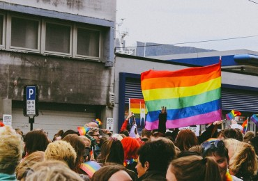 #LaPrimaVoltaFuRivolta: Milano si tinge dei colori dell'arcobaleno