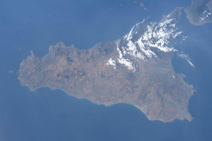 """Da AstroLuca la prima foto della sua Sicilia: """"Nuvole come zucchero a velo"""""""