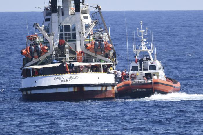Open Arms, i naufraghi a terra dopo il sequestro della nave