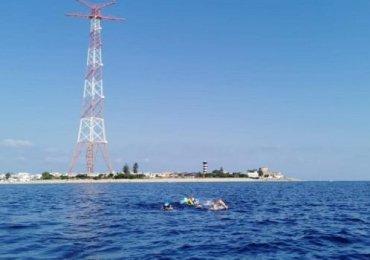 """Biologo attraversa a nuoto lo Stretto. Isgrò: """"In mare, ogni anno, finiscono ben 8 milioni di tonnellate di plastica"""""""