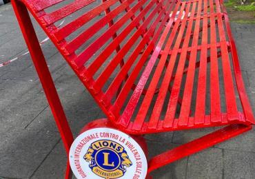 Caltagirone, il Lions Club consegna alla città una panchina rossa