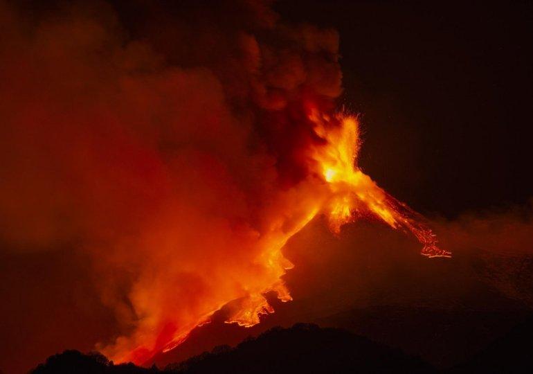 Etna: nuovo parossismo, fontane lava alte 1 km e nube cenere