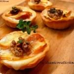Körbe mit taleggio, Äpfel und Walnüsse