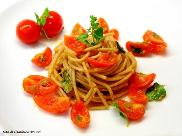Spelt noodles cold with cherry tomatoes