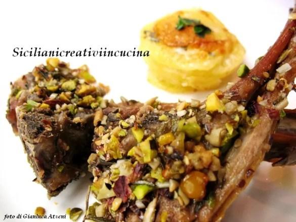 Agnello a scottadito ai pistacchi con tortino di patate