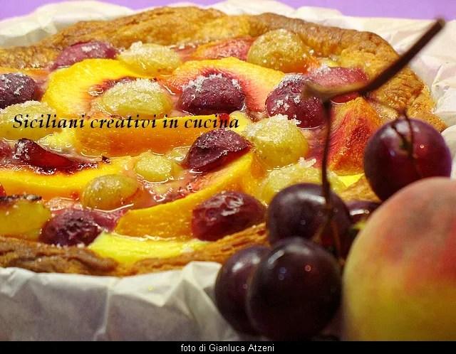 Crostata rustica di crema, uva e pesche