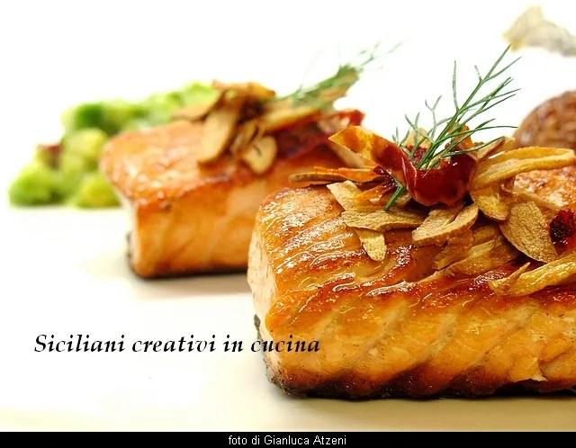 Salmone arrosto, riz rouge, Avocat et à l'ail frit