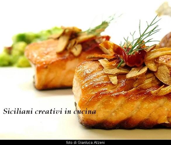 Salmone arrosto, riso rosso, aglio fritto e avocado