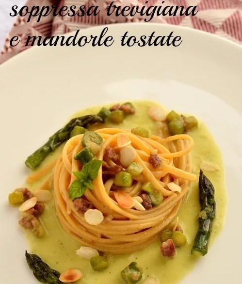 Facile e buona la pasta con asparagi, soppressa trevigiana e mandorle tostate