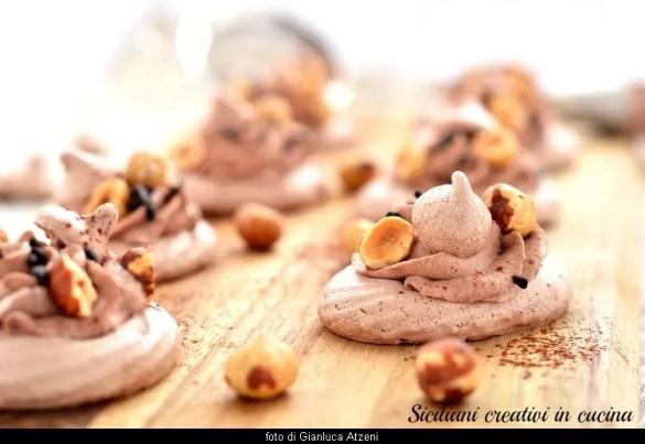 Meringhe farcite al cioccolato e nocciole: facilissime da preparare e golose, sono perfette per un buffet o per accompagnare il caffè. Sono una coccola al gusto di cioccolato.