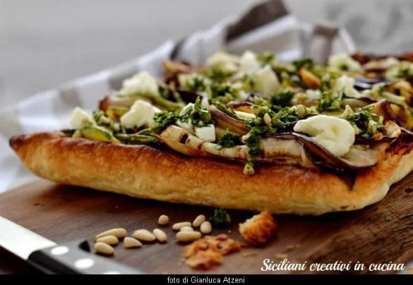 Sfogliata vegetariana con verdure grigliate, mozzarella di bufala e salsa al prezzemolo