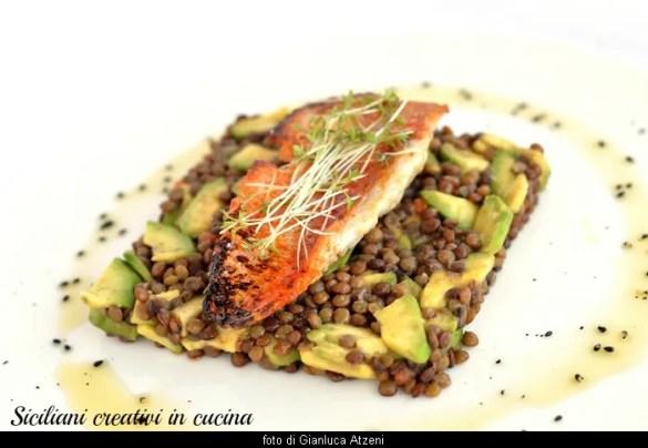 Filetto di triglia su insalata di avocado e lenticchie: un antipasto di mare creativo