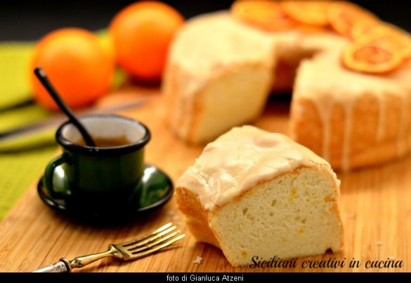Angel food cake all'arancia: un dolce senza burro e senza olio, fatto solo con albumi. Sofficissimo e leggero.