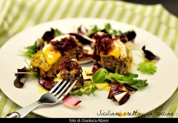 Hamburger al piatto con uovo fritto e cipolle