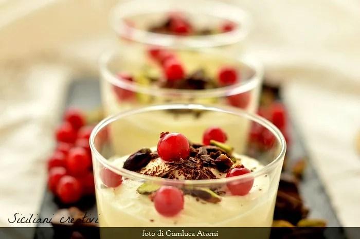 Spuma di ricotta e latte di mandorla: un dolce al cucchiaio delicato di ispirazione siciliana.