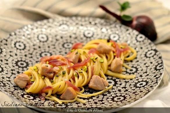 Pasta con tonno fresco e cipolle rosse. La Vernaccia e il pistacchio la rendono un primo di pesce raffinato e particolare
