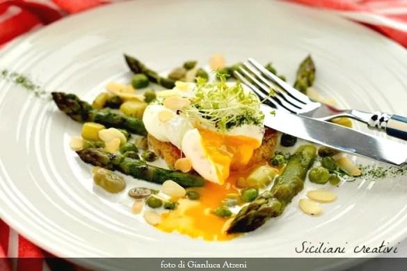 Uovo in camicia con asparagi e verdure primaverili