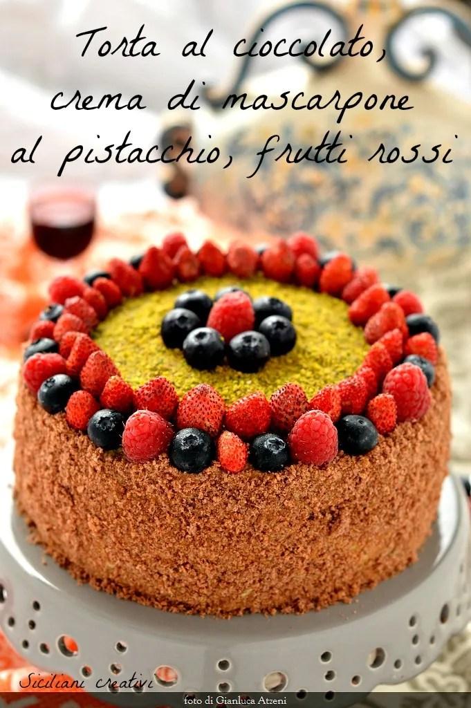 Schokoladenkuchen mit Mascarpone-Creme mit Pistazien und roten Früchten