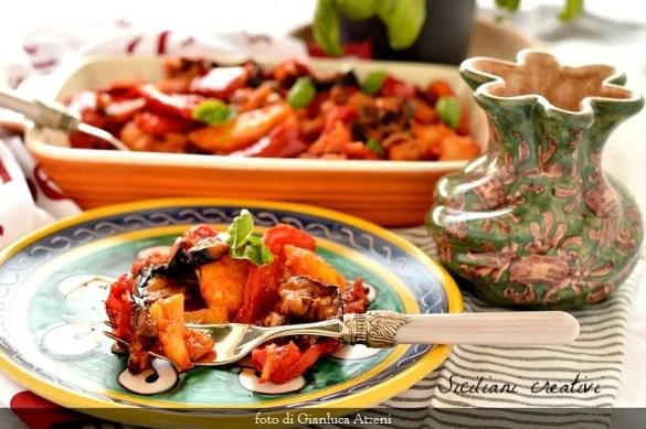 Peperonata siciliana con patate e melanzane