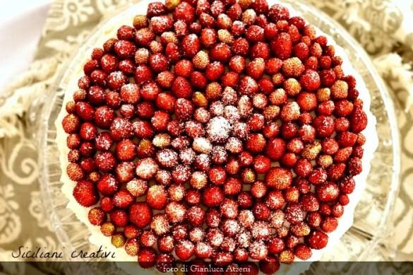 Torta con panna e fragoline di bosco: facile ma di effetto