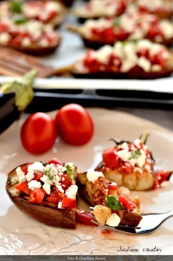 Cuit au four avec des tomates Aubergine