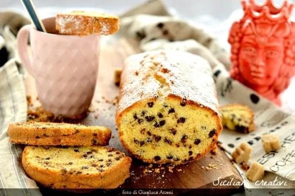 Plum cake con gocce di cioccolato: la colazione perfetta