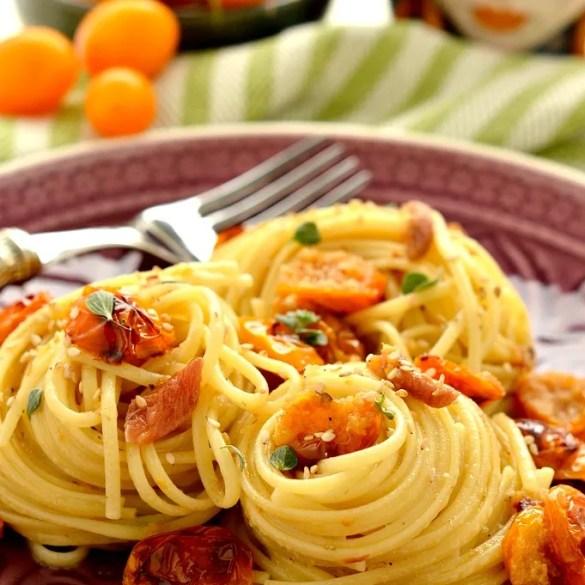 Pasta con pomodori gialli, alici e maggiorana