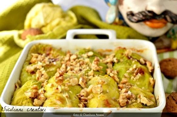 Gustosi e calorici, gli involtini di verza con prosciutto e fontina sono un ricco piatto unico invernale