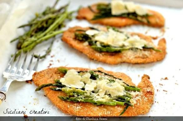 Cotolette di pollo al forno con asparagi e Parmigiano Reggiano.