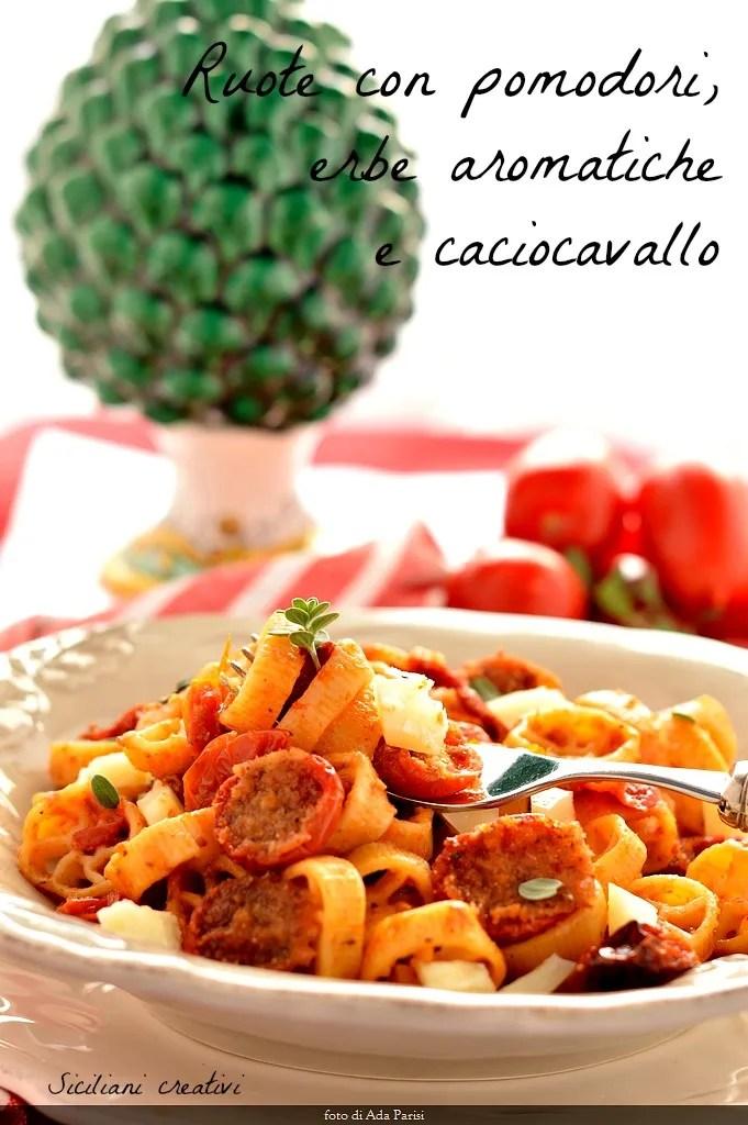 Pasta con tomate confitado, anchoas y caciocavallo.