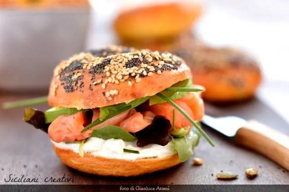 I bagel, ricetta originale: farcito con salmone e formaggio cremoso