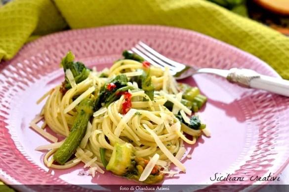 Spaghetti aglio e olio con tenerumi: ricetta siciliana facile
