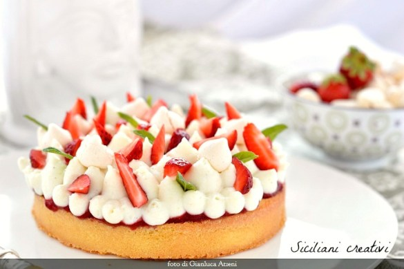 Madeleine cake with ricotta and strawberries: a base spongy and delicate, a tasty cream cheese and lots of fresh strawberries. The perfect dessert for Mother's Day.